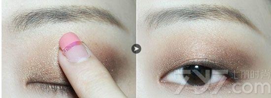 南京集红堂化妆培训展示利落简单单眼皮眼妆,以下是详细的步骤: 第一步:首先还是涂抹好眼部打底,接着手指沾取哑光棕色眼影大面积涂在眼皮上,刷子沾取眼影涂抹在下眼睑位置,具体范围如图所示。  第二步:珠光棕色眼影用手指沾取,涂抹在整个眼皮位置。  第三步:深棕色珠光眼影用眼影刷沾取,涂在如图所示的位置,在眼头眼影加重晕染开来即可。  第四步:浅色系眼影涂抹在眼皮中央提亮使眼妆更立体。注意这一步只需一点点即可,小心注意量哦~  第五步:用眼线液笔画出线条感觉利落的眼线,涂抹睫毛膏,这样一款简单又利落的单眼皮眼妆